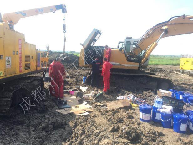 挖掘机蓄电池盖板爆裂