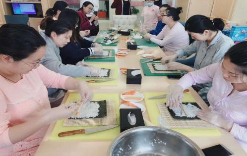 宝妈学习做寿司-快乐坐月子