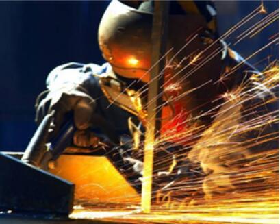 工厂员工进行打包箱焊接作业现场