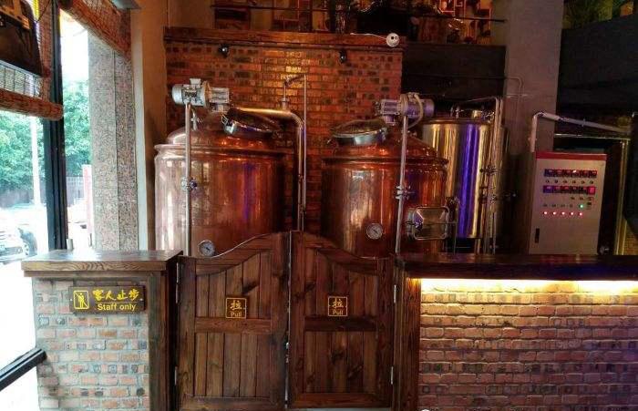 酒吧内使用源鑫啤酒设备