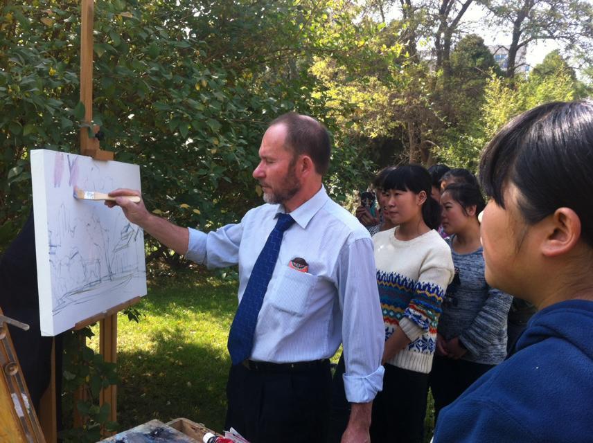 俄罗斯艺术家来我校写生示范,人民艺术家库茨米乔夫。