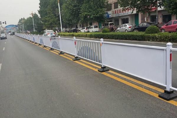 三种不同材质的四川市政围栏优点与缺点