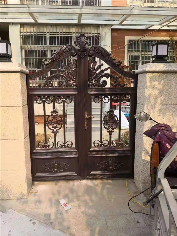 铝艺围墙大门和铁艺围墙大门,究竟该选择哪种呢?