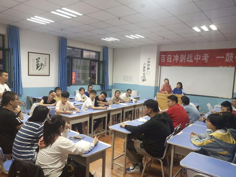 学生举行辩论赛