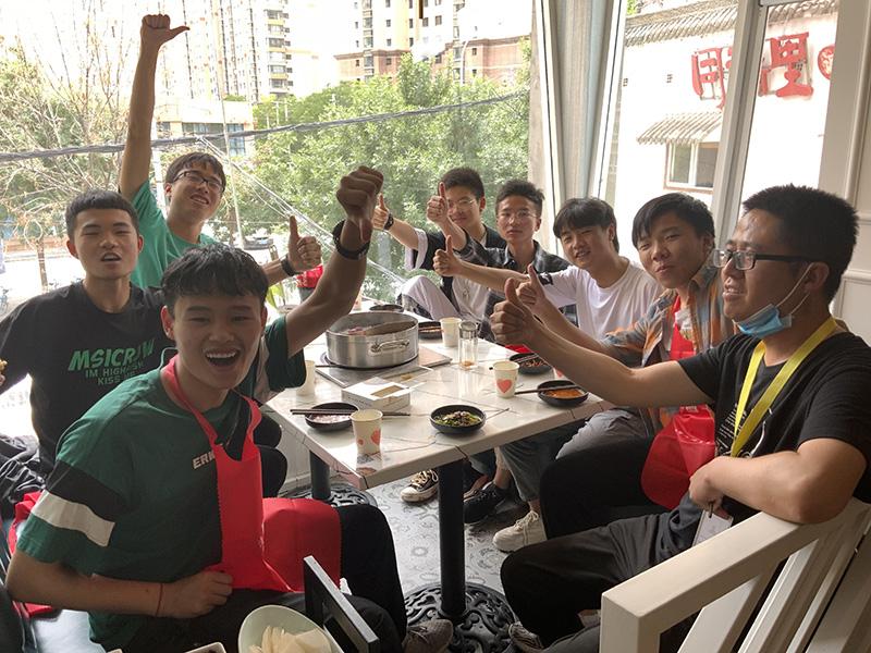 兰州画室排名_兰州培蕾画室尖刀班全体吃火锅活动
