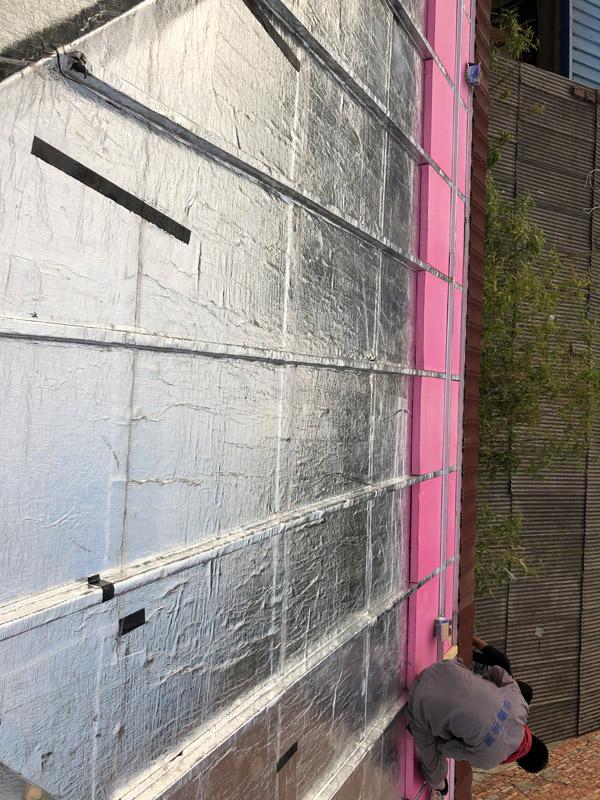 铺设屋顶防水卷材