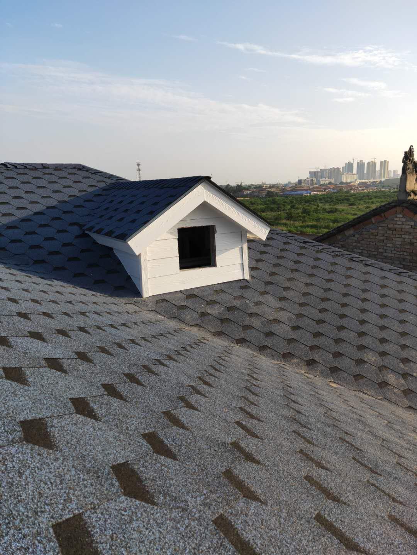 铺设屋顶沥青瓦