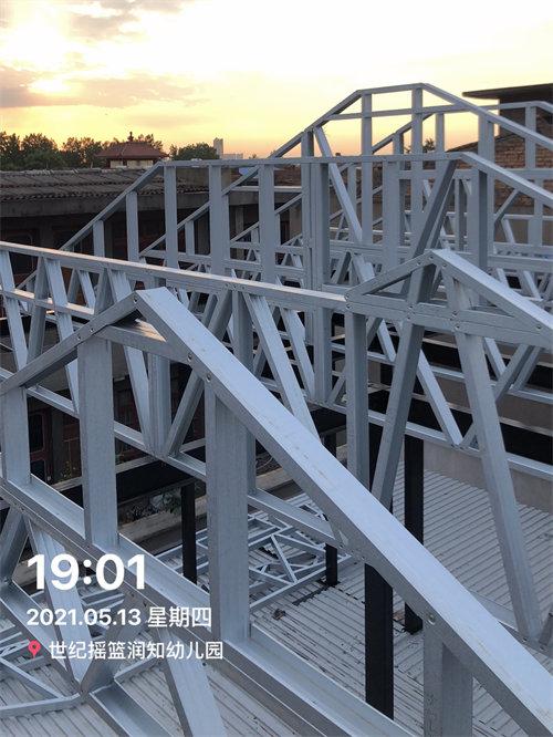 安装屋顶轻钢结构