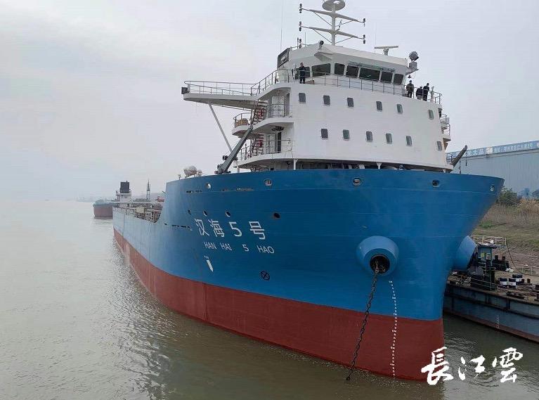 热烈祝贺长江首艘江海直达1140箱船型今日试航。 该船舵机、锚机、绞车均由我公司提供