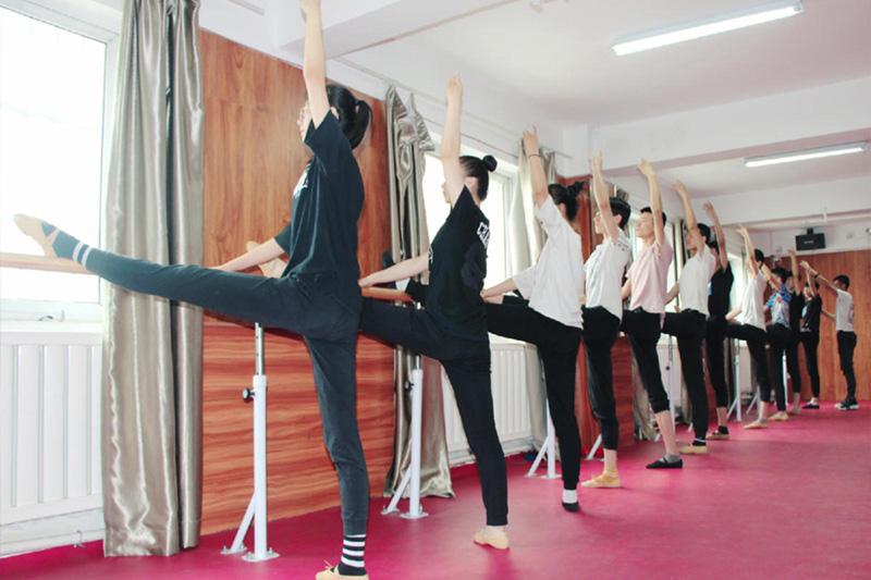 学生练功房舞蹈训练