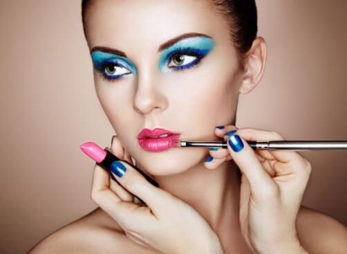 你身在蘭州 那你應該怎么樣去選擇一個好的化妝培訓學校呢