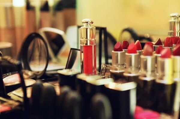 化妆那么火爆 为什么很多人学习却要去学校呢