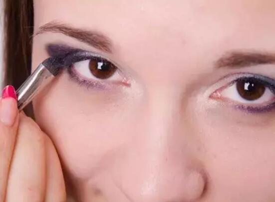 化妆显老的原因其实不复杂 就这样的哦
