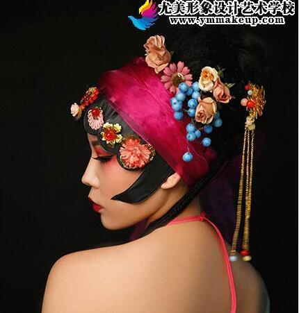 彩妆培训的时候凡事都要小心些 一不小心就美过头了