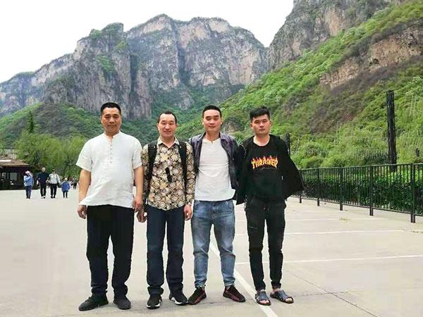 河南色母粒厂家团建活动员工合影