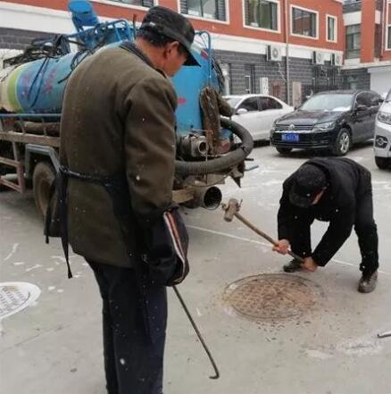 岭北社区居民楼化粪池堵塞社区来帮忙
