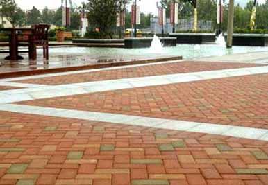 成飞大道英国小镇广场铺设水泥透水砖的路面铺设工程