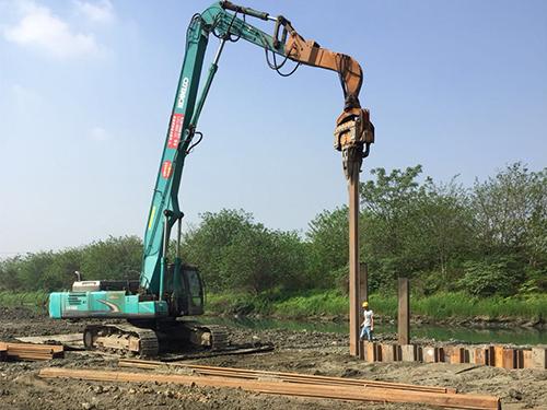中铁隆成都市江安河河堤建设钢板桩闭水、防塌方施工