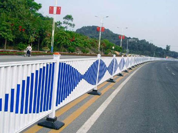 道路护栏厂家提醒市政护栏施工中应注意的问题,道路护栏的关键性!