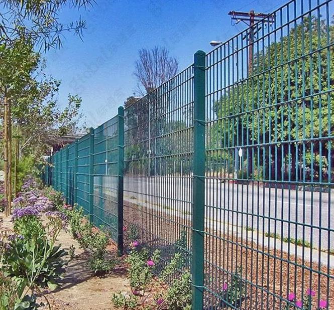 草坪护栏如何在雨季维护