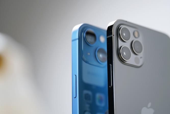 苹果因iPhone 13无充电头被罚款,iPhone12价比老人机遭疯抢