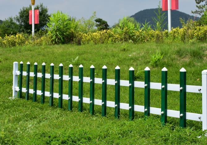 今天教大家详细的了解草坪护栏