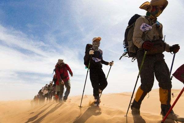 在沙漠徒步过程中遇到沙尘暴怎么办?