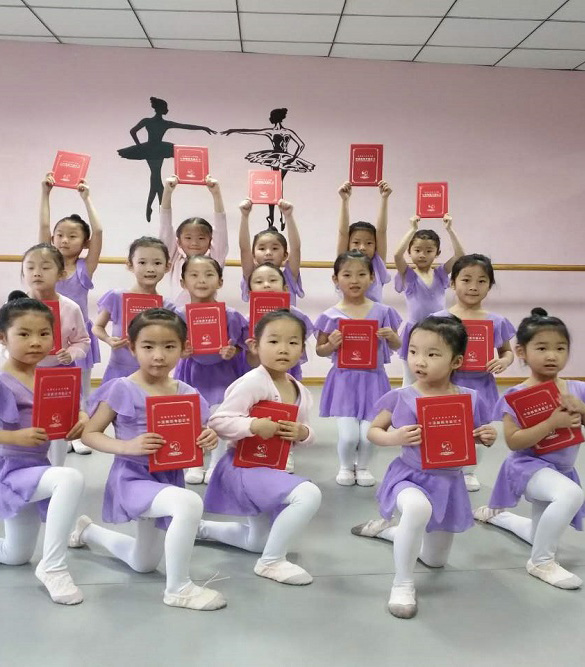 优秀学员颁发考级舞蹈证书