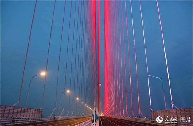 6月15日 江苏南通:沪通长江大桥亮灯调试 展现迷人夜景
