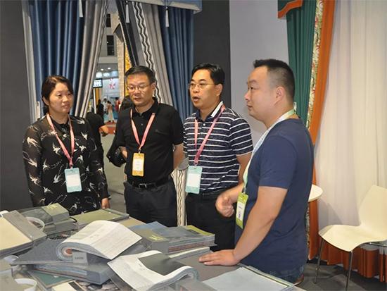 杨文华副市长赴上海家纺展参观海宁参展企业