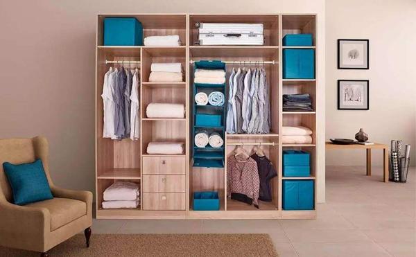 装修时整木定制衣柜是选择嵌入式还是独立靠墙?