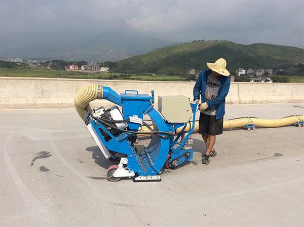 工人正在操作抛丸机