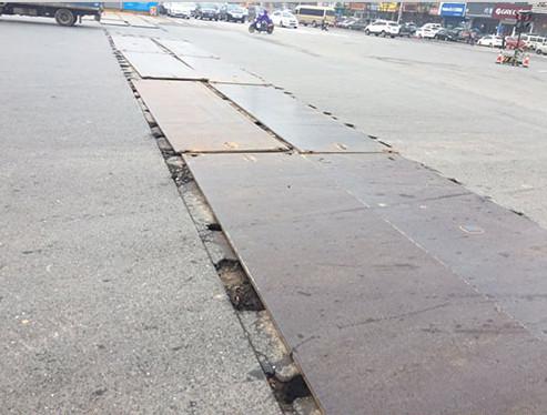 某路段采用良宇钢板铺路