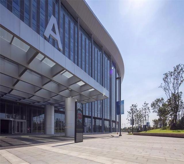 目前铝单板在建筑装饰中是不可取代的,听设计师给你介绍优势