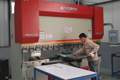 河南鸿林不锈钢加工制作而成的作业台,不锈钢加工的具体步骤会给你带来方便
