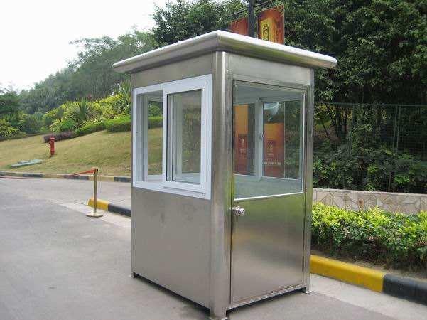 定制岗亭还是有很多材质来使用的,比较常用的就是不锈钢岗亭和钢结构岗亭