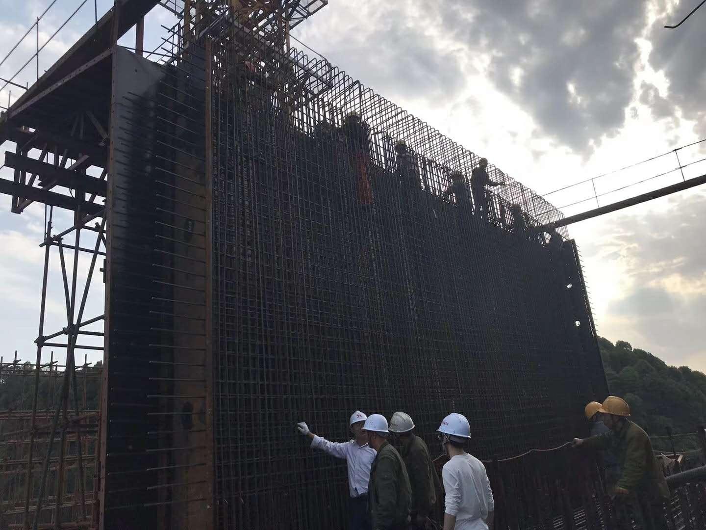 宜賓機場連接線掛籃模板和蓋梁模板拚裝完成