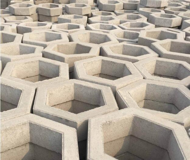 咱们来讲一下护坡砖的作用特征,发生裂缝的防范办法