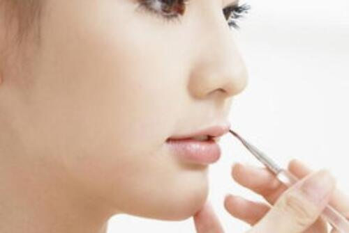 在化妆学校看来小姐姐应该如何给自己一个美丽的妆容呢