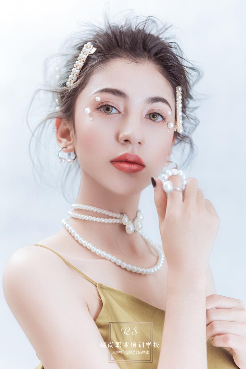 学化妆去化妆学校学习,可以得到系统的学习方法