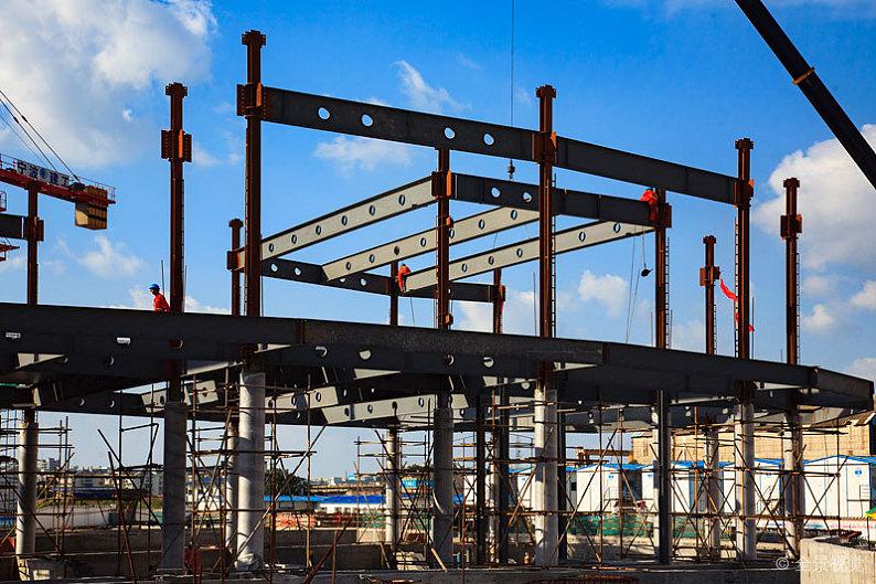 轻型钢结构选用喷涂来防腐蚀