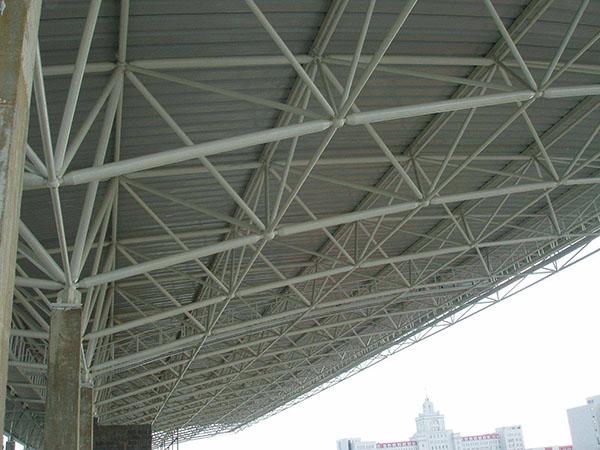 大跨度平凉钢结构怎么施工?