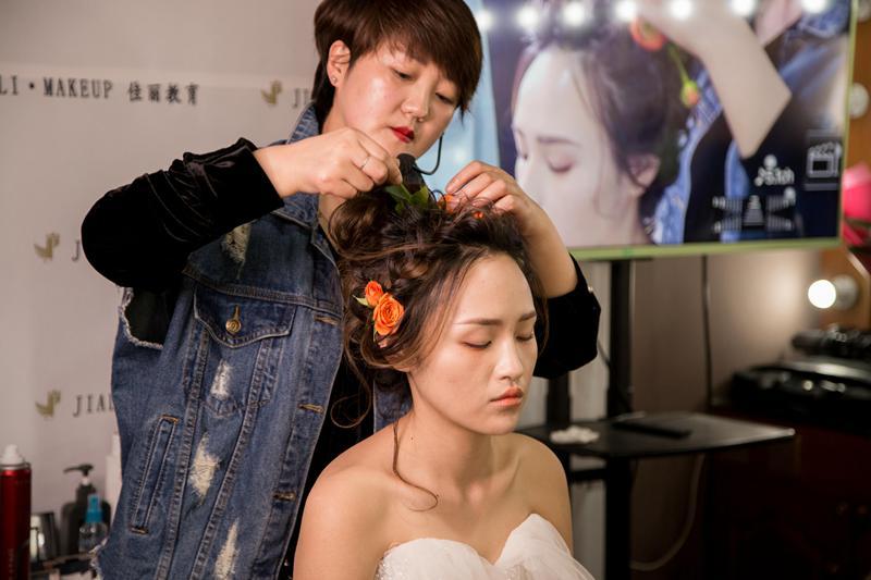 甘肃佳丽共创化妆培训学校学员学习中