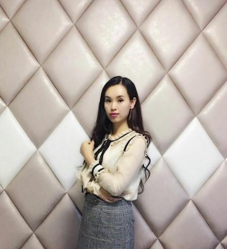 霞霞毕业后创立简尚美发自主创业做个人纹绣工作室