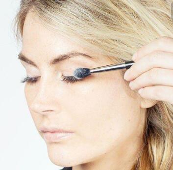 我们给这个眼睛的化妆技巧是这样来解释的