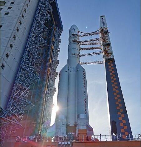 火星探测蓄势待发 长征五号遥四运载火箭垂直转运至发射区