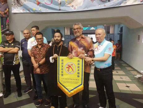 茜施妹走进马来西亚,得到马来西亚国家文化部长推荐