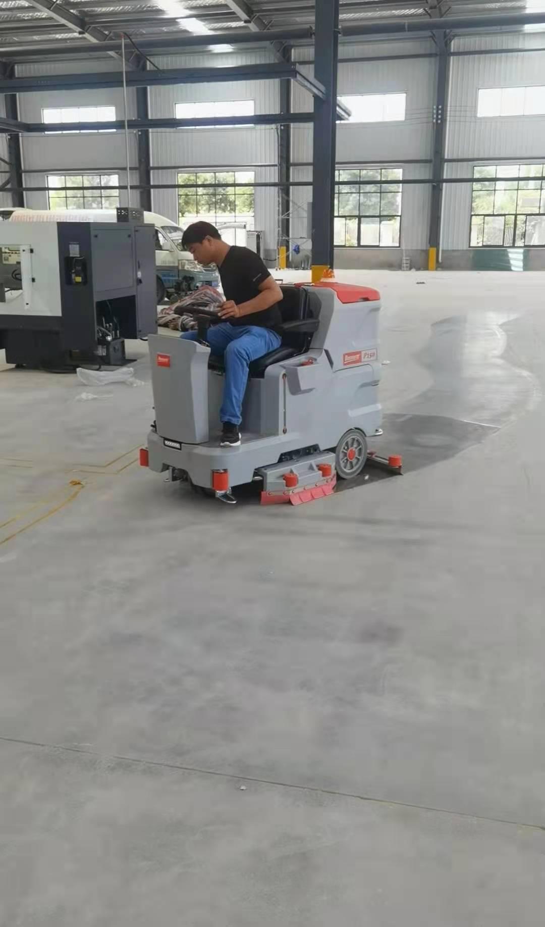 新建工厂使用大型驾驶式洗地机清洁地面