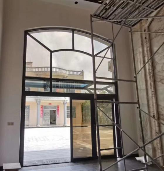 惠州某别墅的断桥铝门窗安装施工现场图