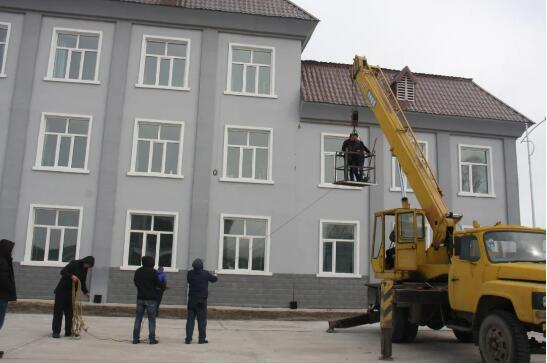 防火办组织人员对楼顶彩钢瓦进行修补